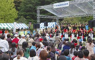 特設ステージを見ようと、多くの来場者が集まった