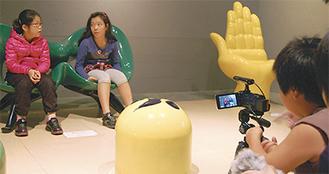 岡本太郎美術館を舞台に撮影に取り組む子どもたち