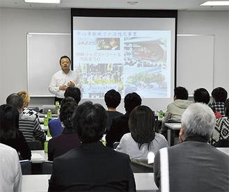 まちゼミの発案者、松井さんの話に熱心に耳を傾ける店主ら(18日、区役所の会議室)