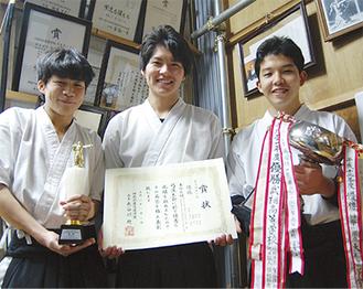 優勝のトロフィーと賞状を手にする(左から)富樫さん、岡田さん、坂本さん