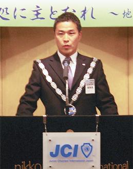 あいさつに立つ岩澤理事長