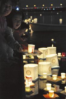 数多くの灯ろうが多摩川の水面を照らし、幻想的な雰囲気に包む(写真は昨年)