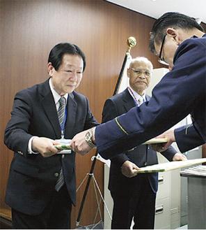 署長から感謝状を受け取る佐藤さん(左)と井上さん(右)