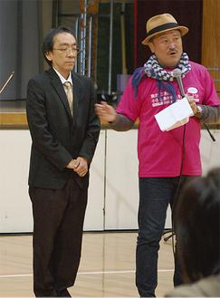 コンサート中にあいさつに立った新垣氏(左)