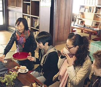 関係者を招いたプレオープンでカフェの接客や給仕を確認した