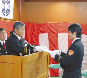 松澤団長から辞令を渡される新団員
