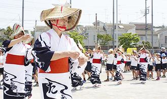 児童と一緒に多摩川音頭を踊った保存会のメンバー