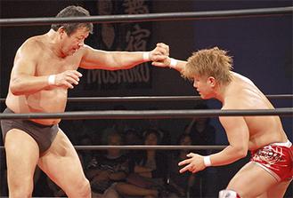 藤波選手(左)に真剣勝負を挑んだ田村選手
