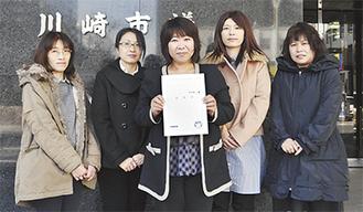 請願書を提出した川口律子さん、東春美さん、伊東悦子さん、佐藤千夏さん、千代田利枝さん(左から)