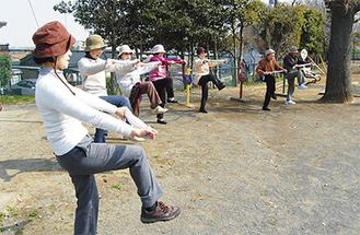 多摩区みんなの公園体操に取り組む住民ら(23日、生田中谷第1公園)