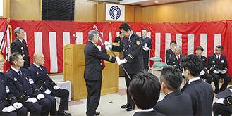 松澤団長から新任の生田分団長へ分団旗が手渡された