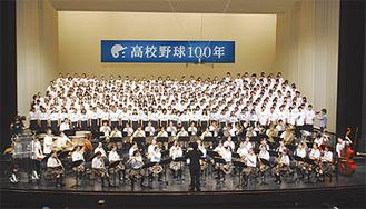 気持ちを一つに「栄冠は君に輝く」を合唱・演奏する高校生
