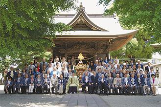 神輿を中心に保存会のメンバーや住民が集まり記念撮影