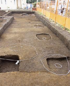 手前4つが新たに見つかった掘立柱の柱穴。遺物も複数出土した