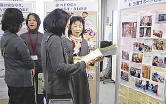 ポスターを前に質疑応答をする参加者たち