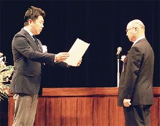 福田市長から表彰状が手渡された=市提供