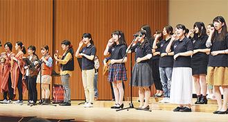 手話と歌、演奏を披露する日本女子大生