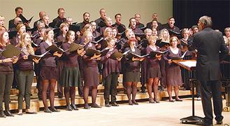 約100人で美しいハーモニーを披露した合唱団