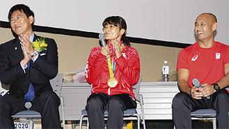 (左から)鈴木長官、伊調選手、山本選手