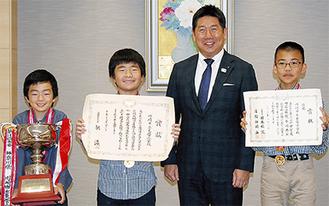 福田市長に報告する(左から)重川 明司君、佳吾君、熊谷君