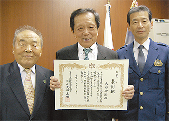 (左から)関口会長と受賞した古谷さん、寺澤署長