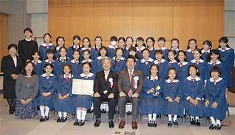 表彰式に出席したカリタス小学校6年3組の児童ら