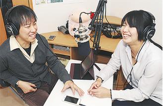 西生田の仮事務所で収録を行う、加藤さん(左)と岩永さん
