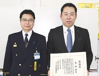 感謝状を受けた畠山さん(右)と日迫署長
