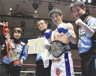 勝利を収めた黒田選手(右から2人目)と、新田会長(右)=ボクシングモバイル提供