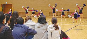 開会式に花を添えた県立多摩高校ダンスドリル部の演技