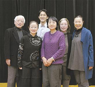 劇作家のナガイさん(右から3人目)と出演者