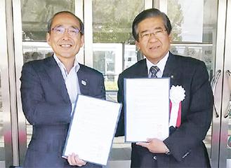 締結書を手にする三浦副市長と須藤富士宮市長(左から)