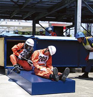 競技に挑む古賀さん(左)=多摩消防署提供