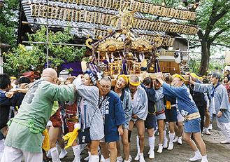 宮入りする神輿(昨年9月)
