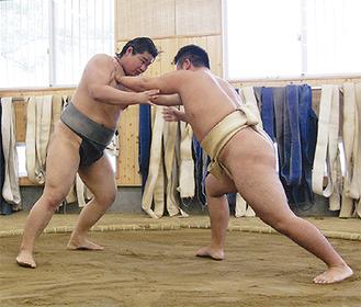 実践を交え後輩に指導する田井中さん(左)