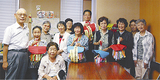 女性部メンバーと藤原会長(左)、石本区長(中央後方)