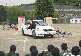 車と自転車の衝突事故を実演=22日、南生田中