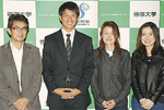 両親の伸彦さん(左)と真子さん、姉の登紀さん(右)も会場で祝福