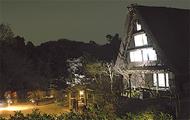 夜の古民家と紅葉
