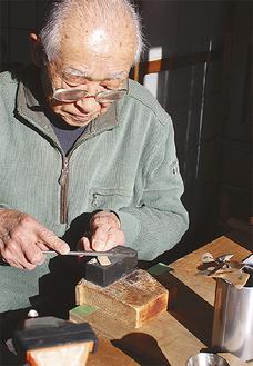 自宅で竹とんぼを作る月岡さん