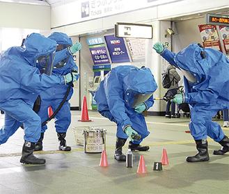 訓練で不審物を検知する県警機動隊