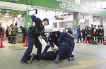 警察署員が犯人を逮捕