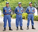 消防大会に参加する増田副団長(中央)、井田団長(左)ら=6月、団提供