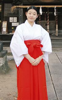 中野島稲荷神社で巫女姿の青戸さん