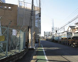 小田急線「生田駅」南口の、線路沿いに開所予定の仮庁舎(左)