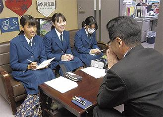 石本区長に取材する菅中学校の生徒3人