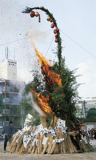 竹が「パーン」という音をたてて燃焼