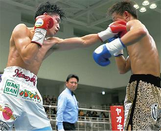 攻勢に出る黒田選手(左)