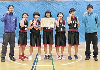 女子の部で優勝した菅中学校のメンバー=主催者提供