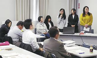 大学・地域連携事業の成果を報告する学生=昨年3月